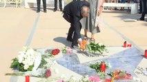 Flores y velas en un emotivo homenaje en Cambrils en memoria de las víctimas