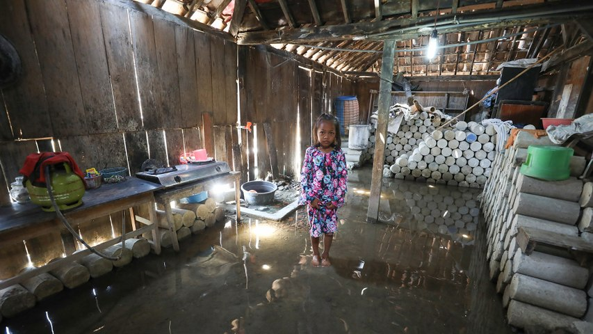 Village sinks in Indonesia due to climate change