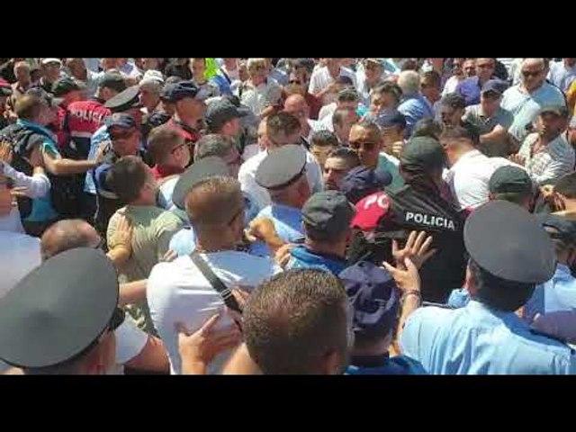 Protesta në Shkodër, qytetarët përplasen me policinë