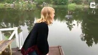 Elle attire vaches et oiseaux en chantant !