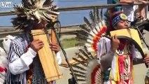 ABBA joué par des Indiens d'Amérique à la flûte de pan !