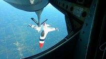 Eine Staffel F-16-Kampfjets beim Betanken auf 7.000 Meter Höhe