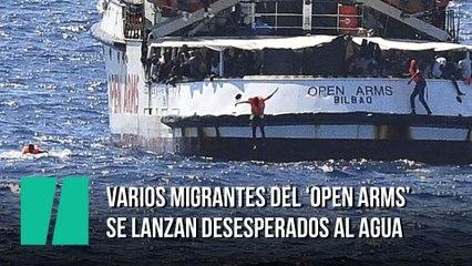 Varios migrantes del 'Open Arms' se lanzan desesperados al agua