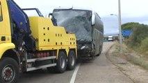 Un muerto y nueve heridos por un choque frontal entre un autobús y un coche