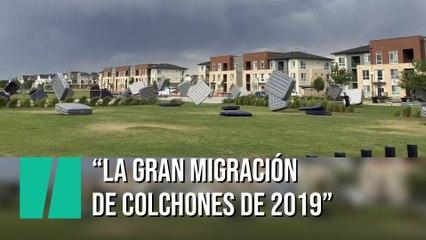 Decenas de colchones vuelan por los aires en Colorado