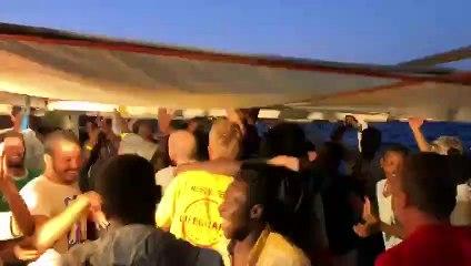 Así celebran los rescatados del Open Arms la noticia de su desembarco: cantando victoria al ritmo de Bob Marley