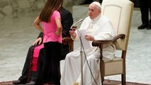 Le pape François interrompu par une jeune fille pendant son audience