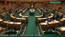Nouvelle Zélande: Le président du Parlement berce et donne le biberon au bébé d'un député pendant un débat parlementaire - VIDEO