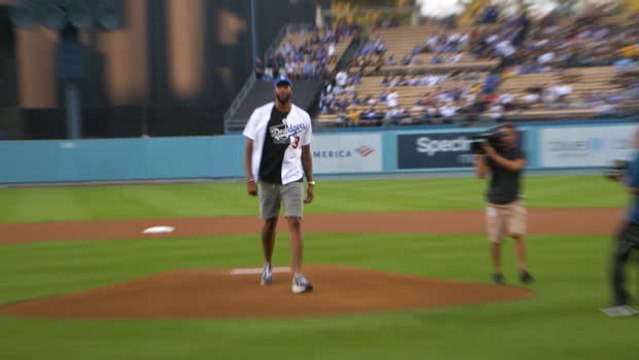 Davis throws first pitch for the Dodgers