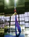 Cette acrobate manque de chuter lourdement en plein entraînement !