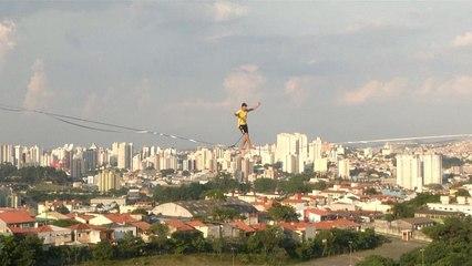 Brezilyalı gençlerin slackline tutkusu: Yerden onlarca metre yükseklikte ip üstünde yürüdüler