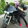 Cette jeune fille fait un wheeling avec une grosse moto cylindrée