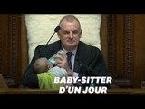 Le président du Parlement néo-zélandais joue les baby-sitters en pleine séance