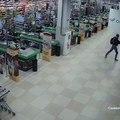 Un homme saccage un centre commercial pendant la nuit !