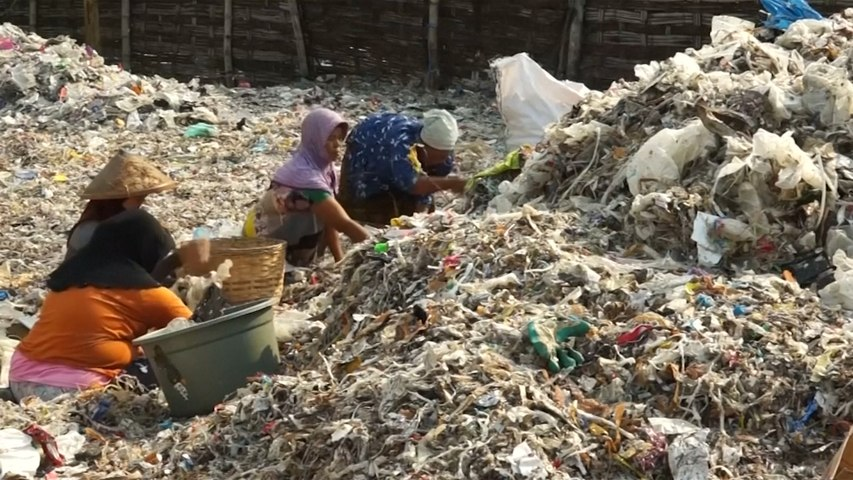 Indonesian farmers earn cash from mountains of foreign trash