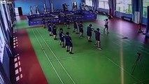 Ces pompiers fuient le cours de sport pour une alerte incendie : la prof continue seule !
