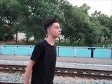 Il se couche sous un train pour devenir célèbre ! Ce russe est fou !