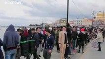 Lesbos: Flüchtlinge verlassen Lager - Polizei setzt Tränengas ein