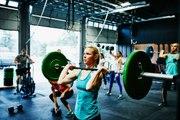 Gewichte stemmen: ideal zur Stärkung der Schultern