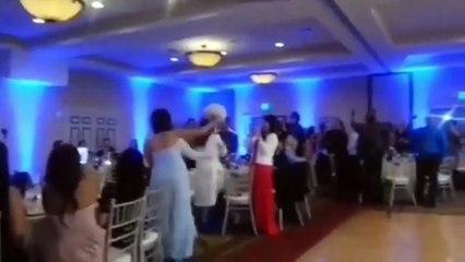 Un marié tente un salto pour entrée à son mariage et met sa femme K.O