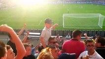 Un enfant mène à la baguette la foule de supporters... Incroyable