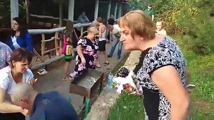 Un mariage russe part complètement en vrille à cause d'invités très alcoolisés