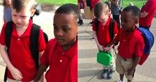 Pour consoler son camarade autiste qui pleurait lors de la rentrée scolaire, ce petit garçon lui tient la main, dans une photo touchante