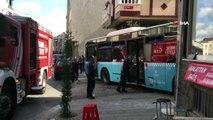Gaziosmanpaşa'da kontrolden çıkan halk otobüsü bir evin duvarına çarptı. Kazada yaralılar olduğu öğrenilirken, olay yerine  polis ve sağlık ekipleri sevk edildi.