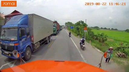 Ấm lòng trước hành động bất ngờ của lái xe Container với cụ già qua đường