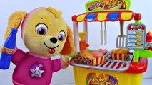 Bebe Skye e Chase da Patrulha Canina Comem Hot Dog no Carrinho de Cachorro Quente Canal KidsToyShow