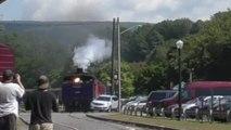 Un automobiliste traverse la voie ferrée au pire moment