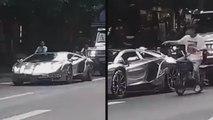 Un cycliste donne une bonne leçon à ce conducteur de Lamborghini