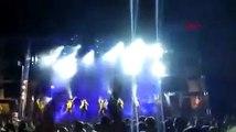 Ünlü şarkıcı sahnedeki havai fişek gösterisi sırasında yaşamını yitirdi