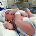Ce nouveau-né confond ses mains et ses pieds... Trop mignon