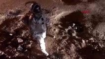 Astronot gibi giyinip bozuk yollara dikkat çekti, fenomen oldu