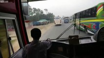 Ce bus roule à fond au Bangladesh entre les voitures !