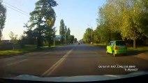 Un conducteur évite de peu un piéton mais perd le controle de sa voiture