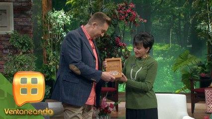 ¡FELICIDADES! Daniel Bisogno cumplió 20 años en TV Azteca y recibió un reconocimiento.   Ventaneando