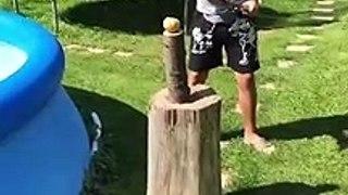 Mauvaise idée : trancher une pomme de terre avec un sabre à côté d'une piscine gonflable
