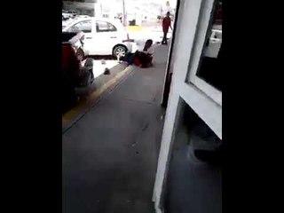 Sujeto le da una madrina a otro que pateó a un perrito