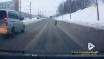 Un car perd son pneu en plein milieu de l'autoroute