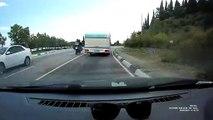 Un motard double n'importe comment et c'est le drame
