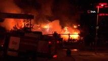 Ataşehir'de 3 katlı bir kafe'de yangın çıktı, olay yerinde çok sayıda itfaiye ekibi gönderildi.