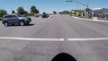 Un motard ultra chanceux passe à quelques centimètres d'un automobiliste qui grille un feu rouge