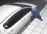 Il essaye de voler un rétroviseur de voiture... désespérément !
