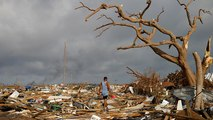 Los bahameños abandonan sus viviendas arrasadas por el huracán Dorian