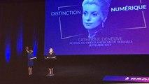 Catherine Deneuve reçoit la distinction numérique