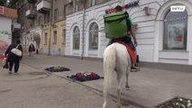 روسيا: رجل يوصل الطعام على ظهر حصان ابيض !!!