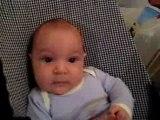 Noah, 2 mois, entre sourire et larmes
