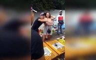 Turista britânica faz escândalo ao ver galinhas em gaiolas numa feira em Marrocos
